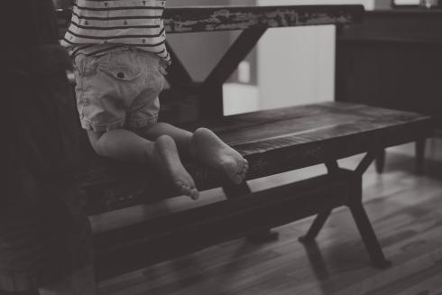 petits pieds de garçon noir et blanc